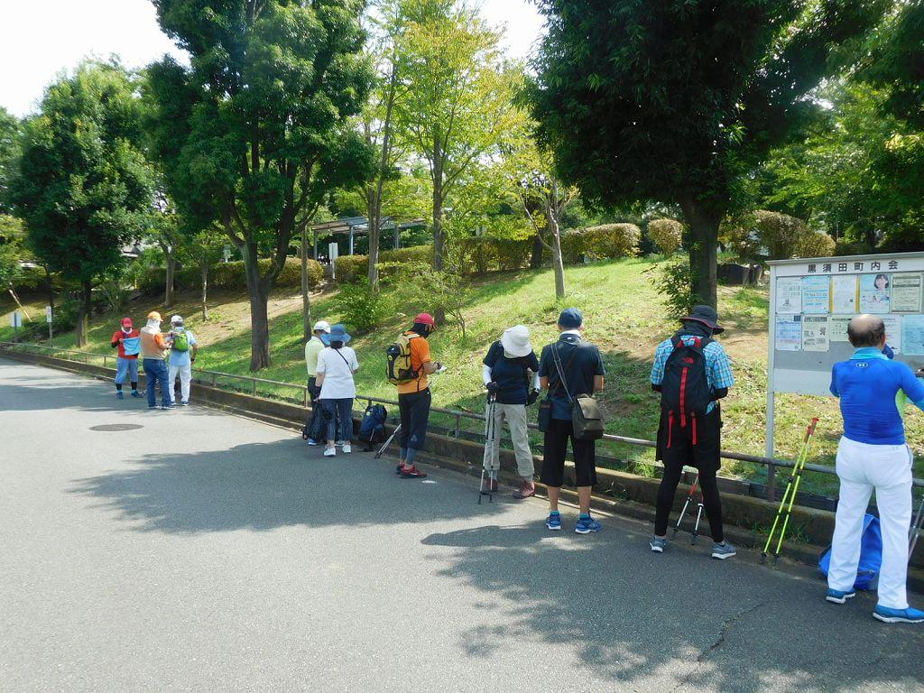 黒須田坂下公園下で休憩  HAさんが一人一人にアイスノンスプレイ