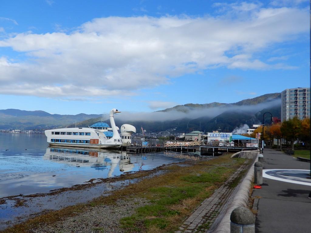 諏訪湖畔公園遊覧船乗り場 朝靄が靄っています