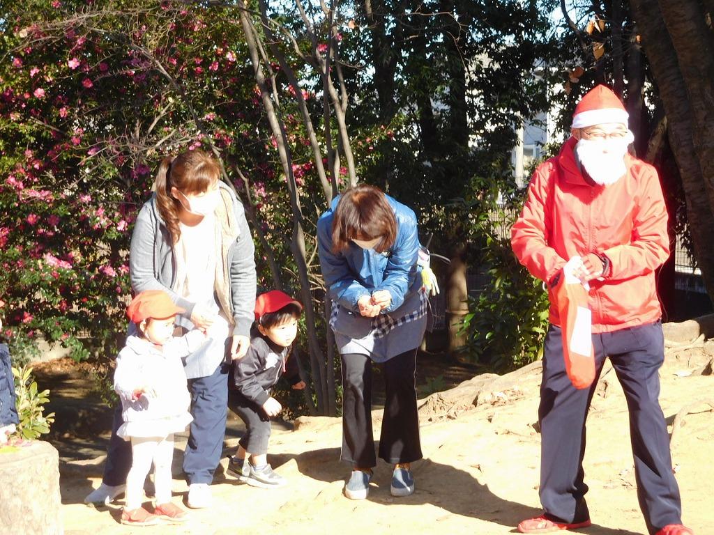 サンタに扮したYさんが保育園園児にクリスマスプレゼント