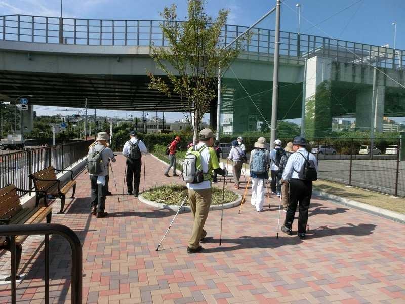 整備された谷本公園ではパークゴルフを楽しむ高齢者を横目にスタート
