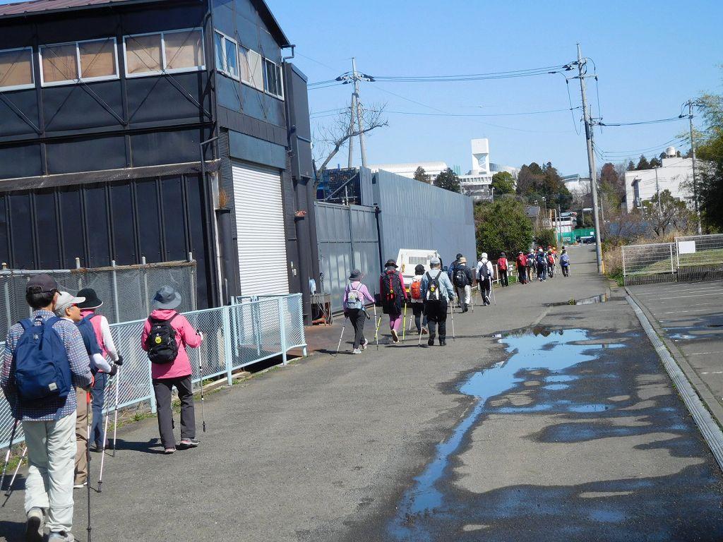 横浜上麻生道路を突き切って鉄小学校方向へ進みます