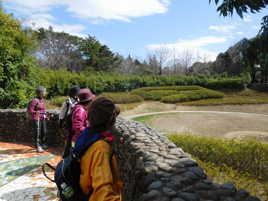 季節によって水の量が変わる「地底の泉」を眺める