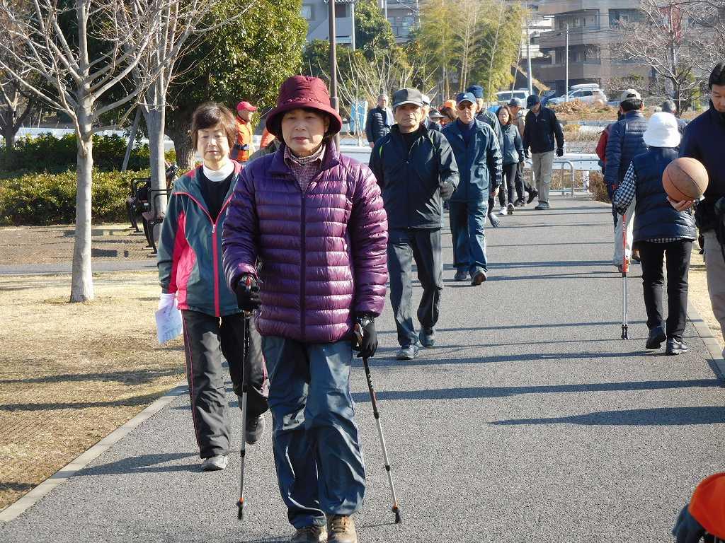 各自50mを3種類歩く Kさんは早目に来て2種類を終わらせ既にNWの歩幅測定中