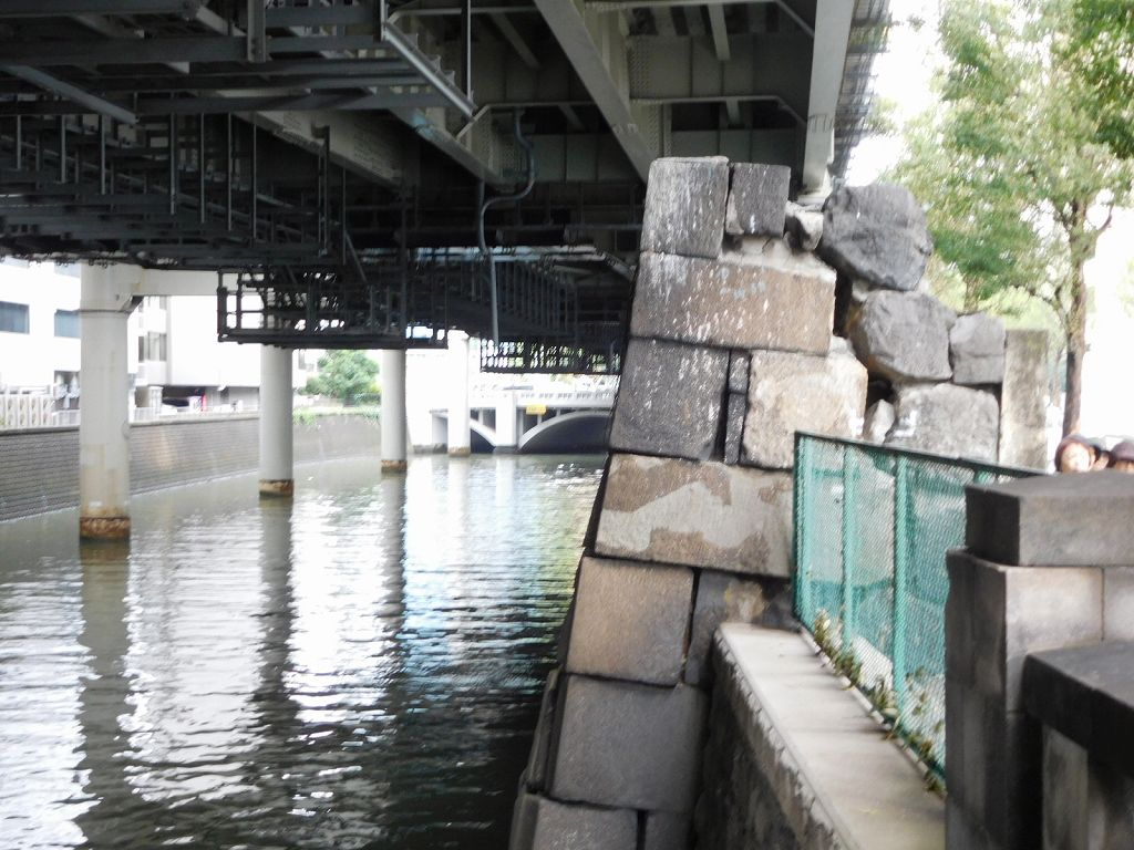 古くは丸太一本の橋が有った一ツ橋御門跡