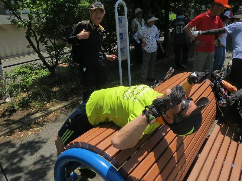泉田向公園には健康器具が設置してあり、早速試す会員 元気ですね