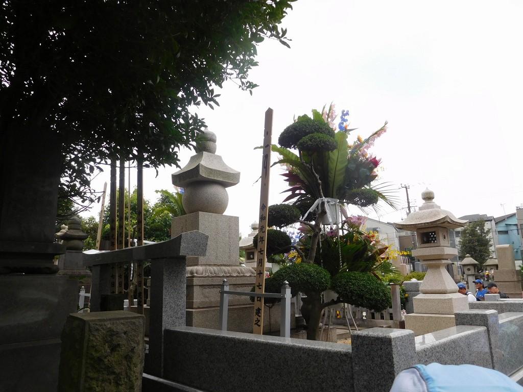 裕次郎のお墓に参拝しているファン