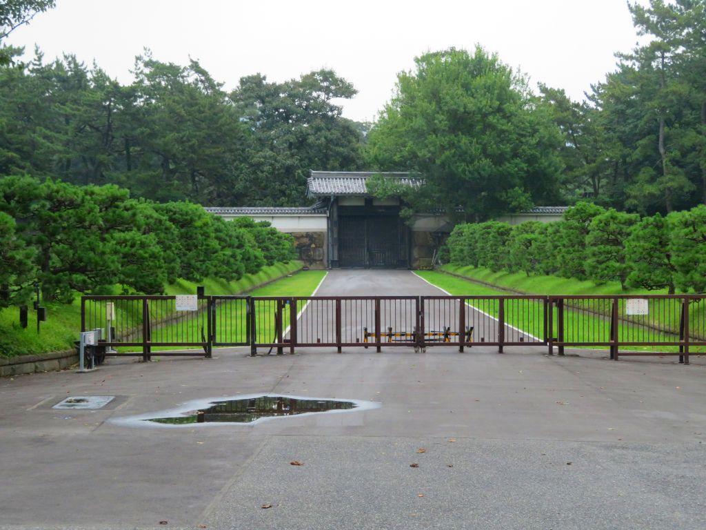 ひっそりと閉じている門
