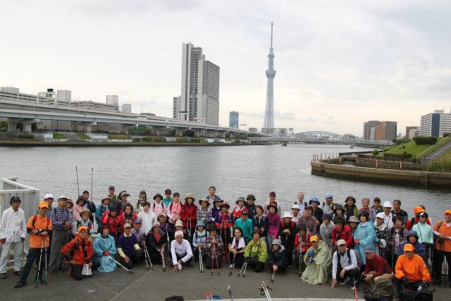 隅田川川面とスカイツリーをバックに3回目の集合写真