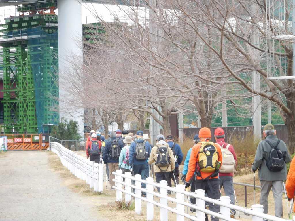 鶴見川沿いを一列で歩く