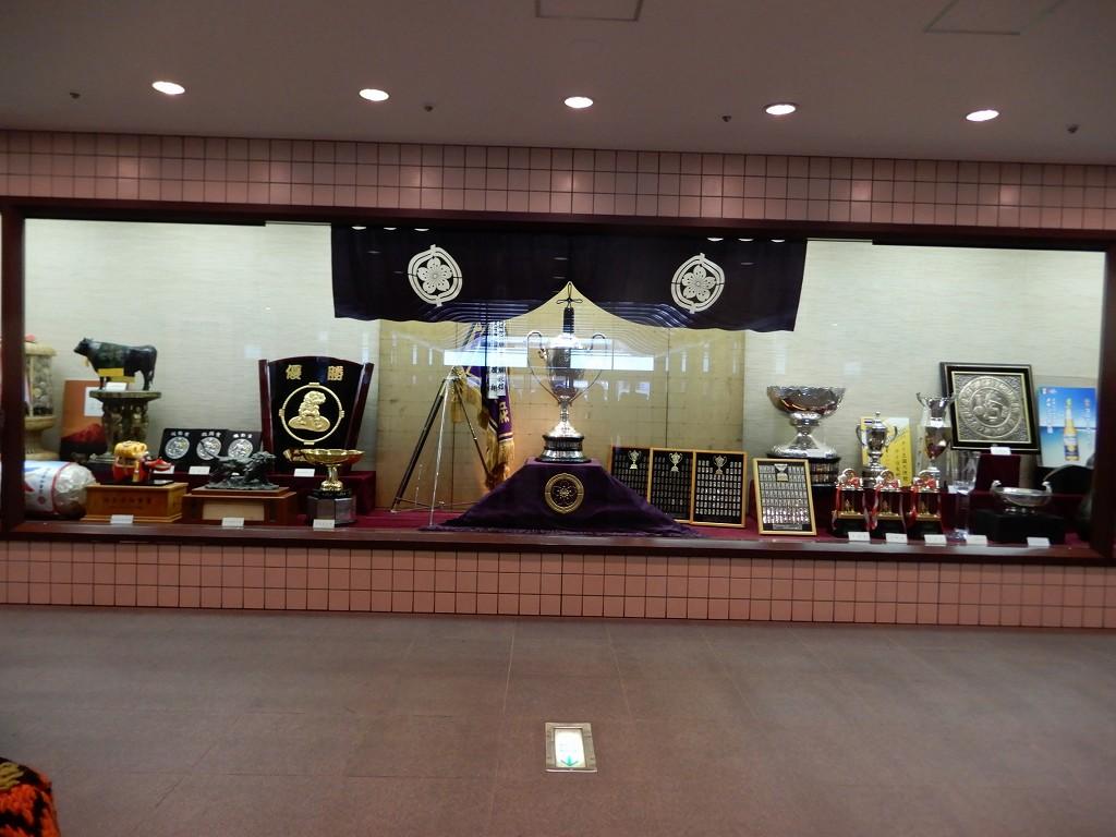 優勝力士に送られるカップ他の品々が飾られている