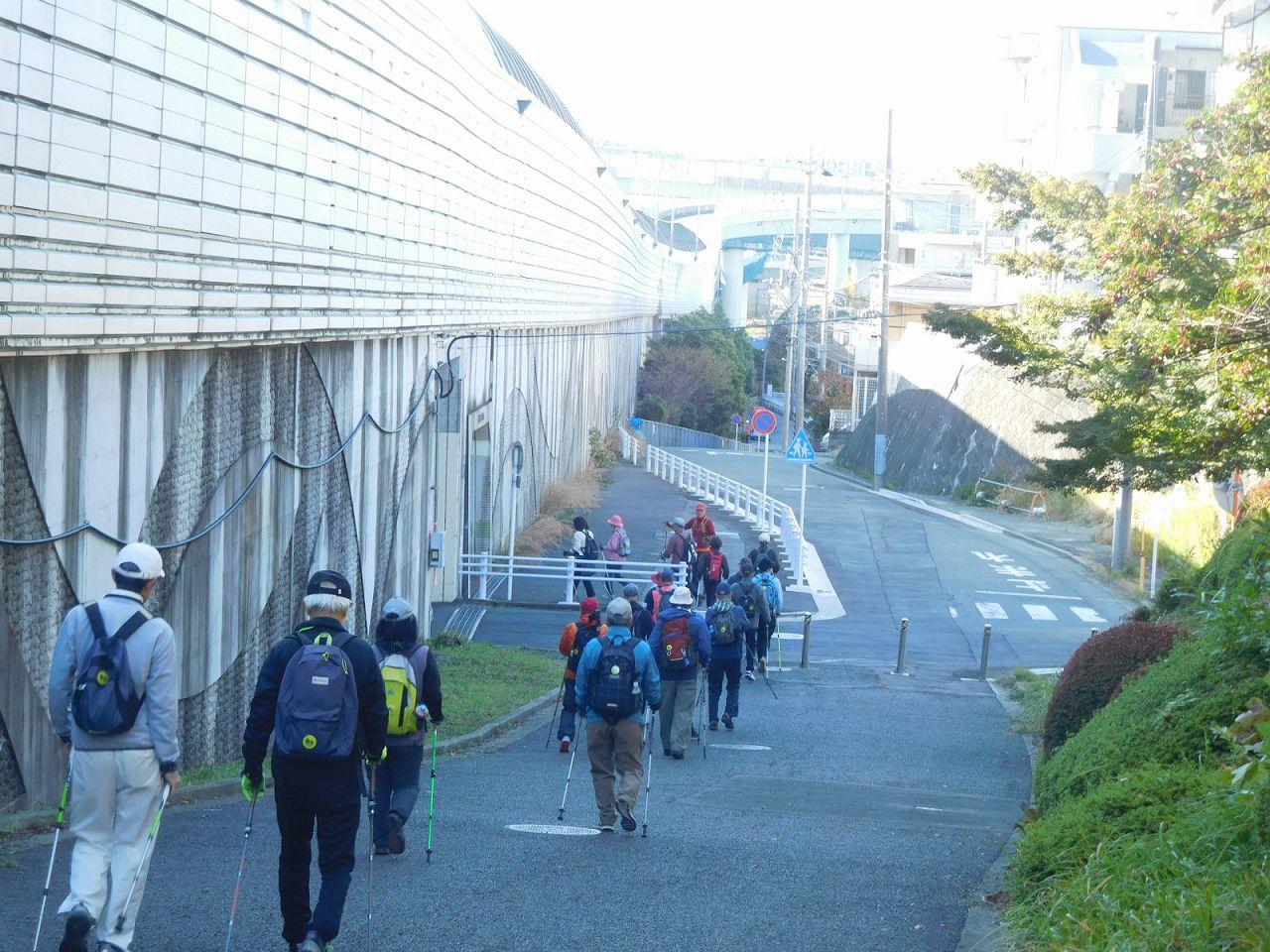 東名高速横を歩く
