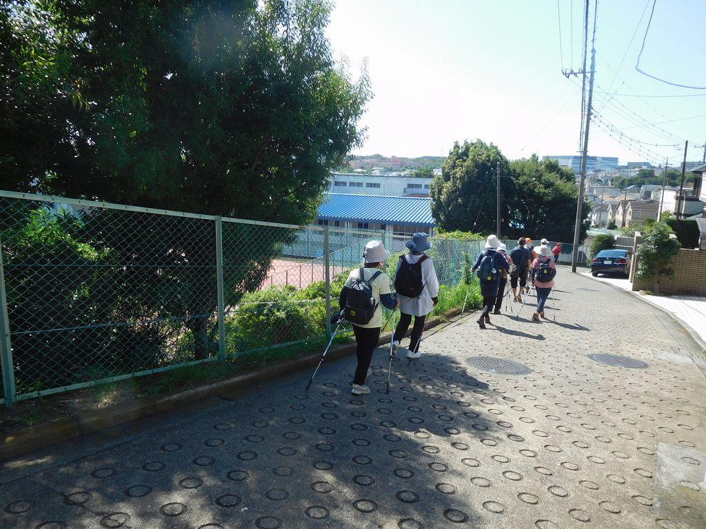 荏田高校テニスコート横をウォーキング
