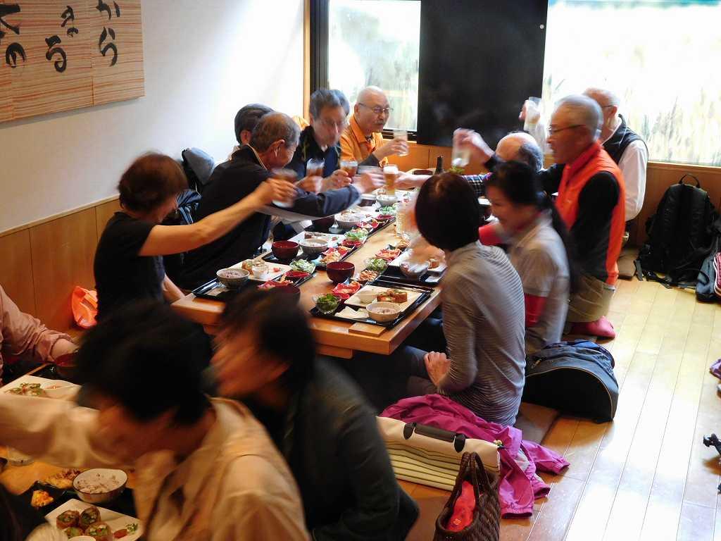 各テーブルでも乾杯しお互いの健康を祝す