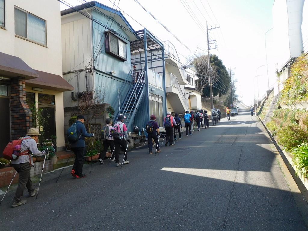 東名高速側道の急坂を上る