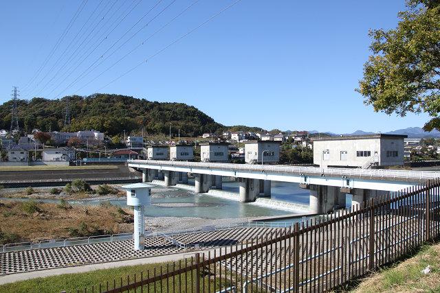 多摩川に架かる小作取水堰
