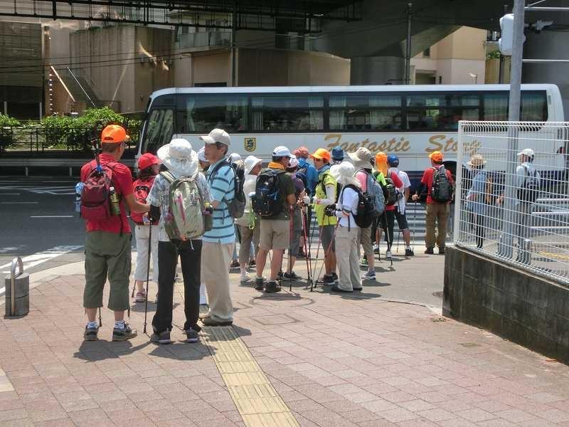 江田駅で休憩の後国道246号線を渡ります。赤信号を待っている会員「暑いね!!」