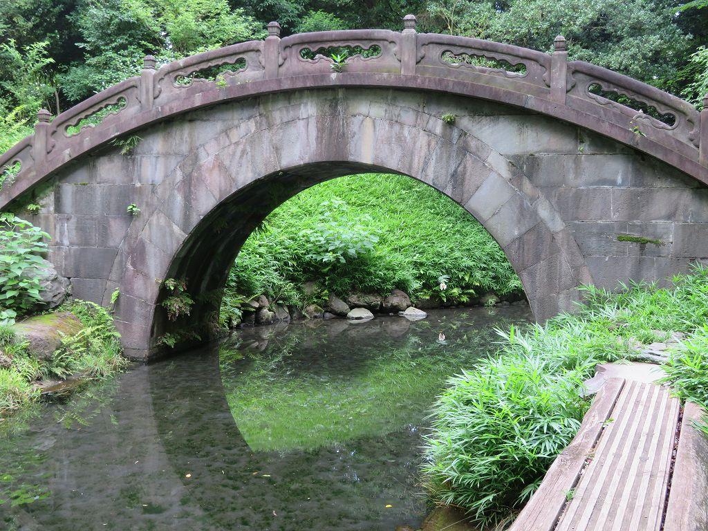 中国様式の石橋「円月橋」水面に移る様子と合わせると満月のように見える