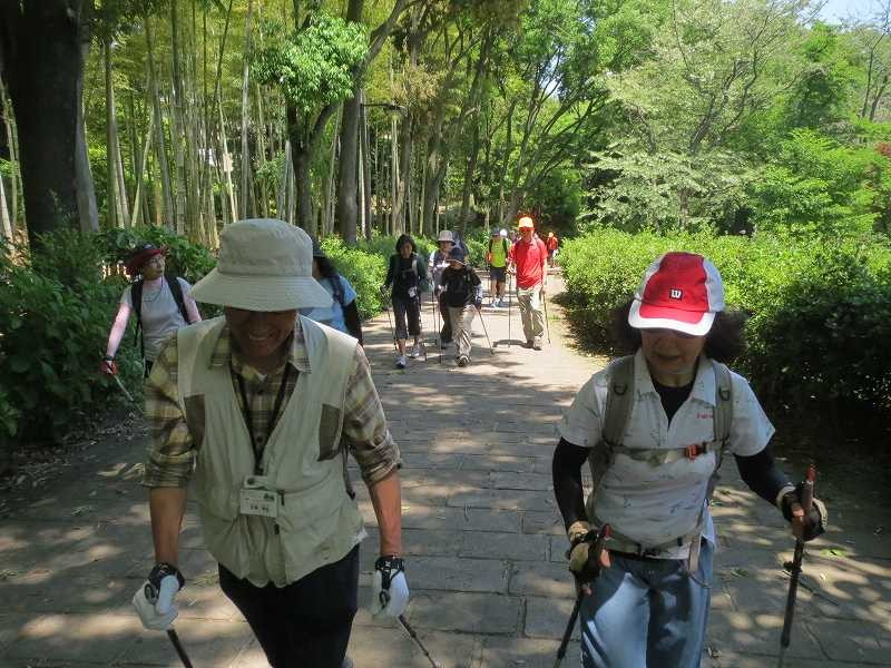 鴨池公園で休憩の後、荏田南中学校方面を目指す