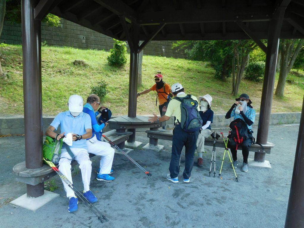 かやの木公園で水分補給と喜界島産黒砂糖で当分補給