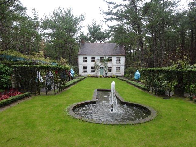 英国風の庭はよく手入されていました