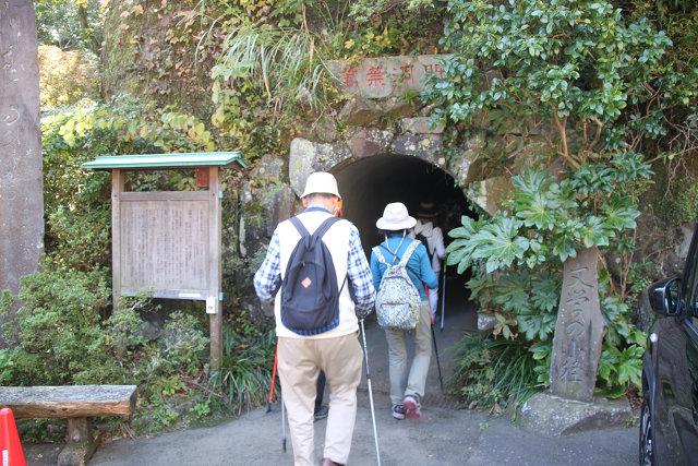 観光会館前から渓流散策路へ