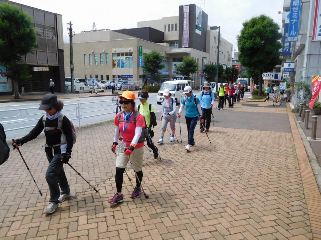 市ヶ尾駅前をウォーキング 皆さん胸を張って視線を遠くに!!