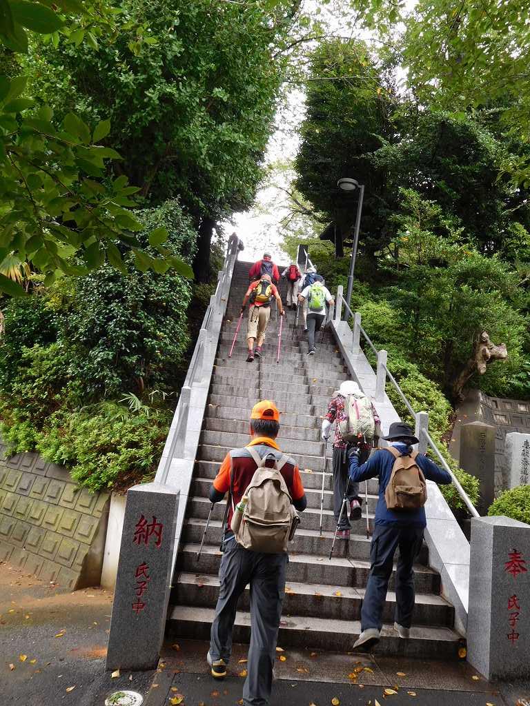 階段組・スロープ組に分かれて本殿へ向かう
