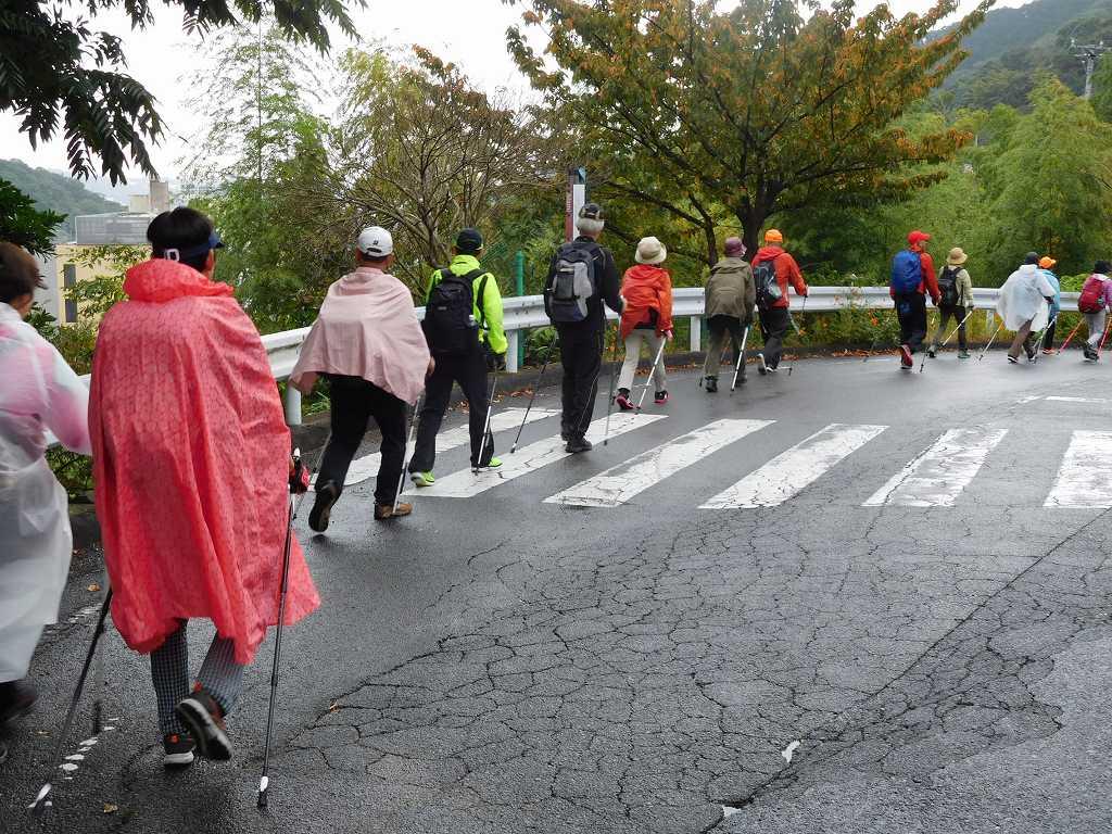 万葉公園手前で残念ながら雨が降り始めました