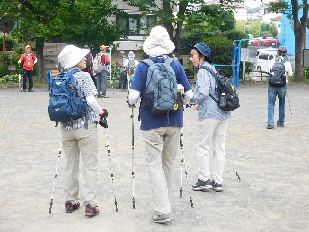 泉田向公園で休憩 久しぶりに参加されたKさんと話しが弾んでます
