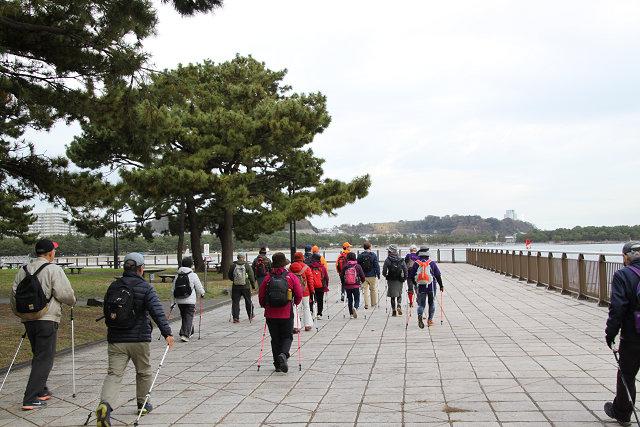 広々とした海の公園 を歩く