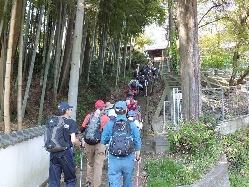 宗泉禅寺の階段に到着、石段の幅が異なるので歩きづらい