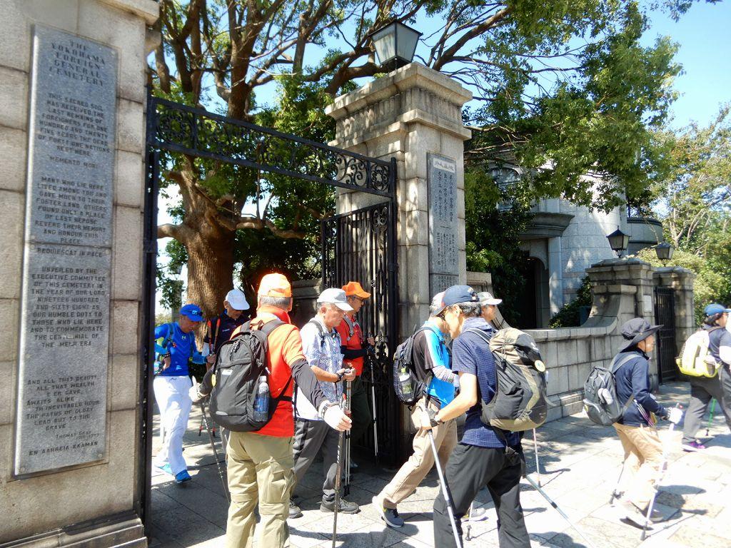 台風15号で倒れた墓石もある外国人墓地を見学