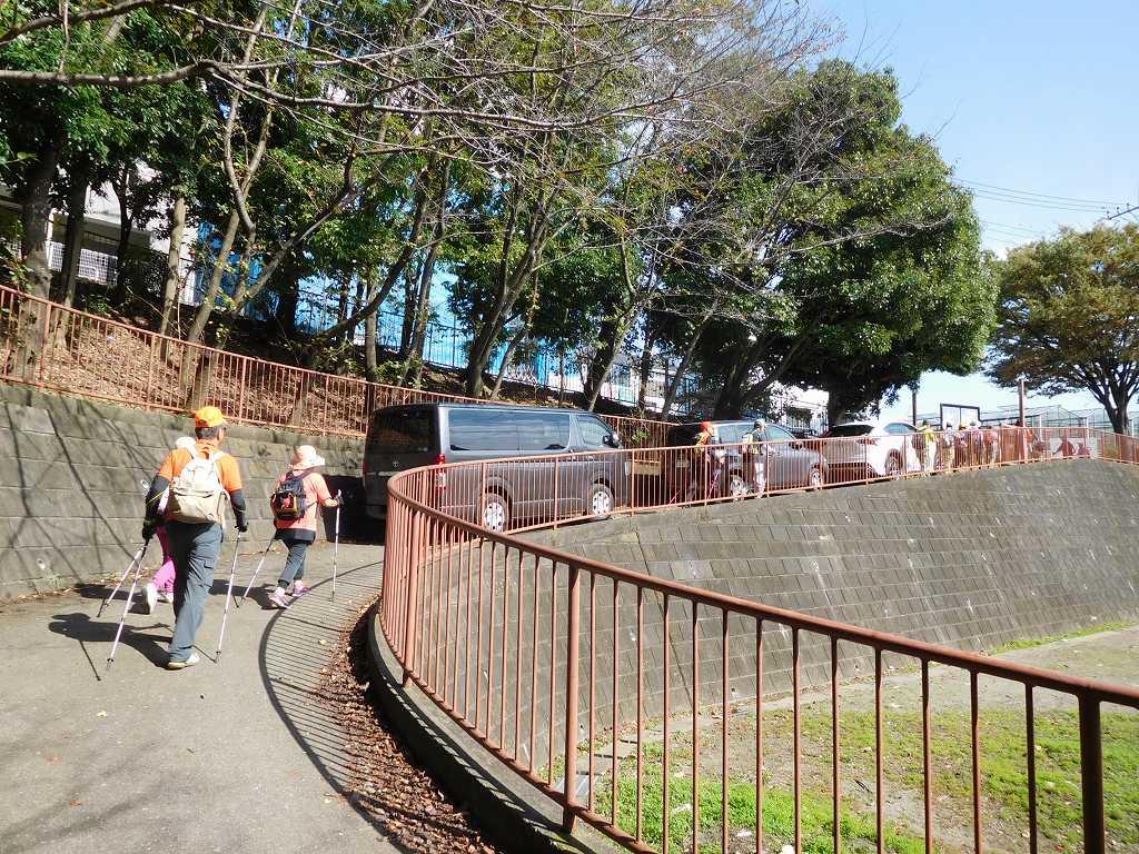 赤田東公園を出る 公園では小学生がサッカー試合中。監督の声がデカイ