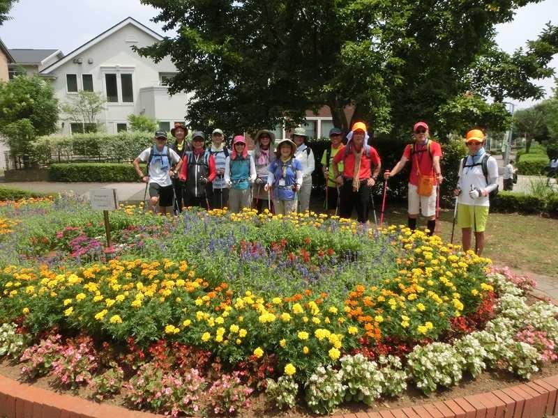 中央大学付属小・中校前の花畑でA班の集合写真