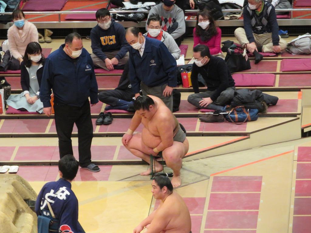 立会いで頭からぶっつかり崩れ落ちた湘南乃海、その後再び土俵にあがり勝った