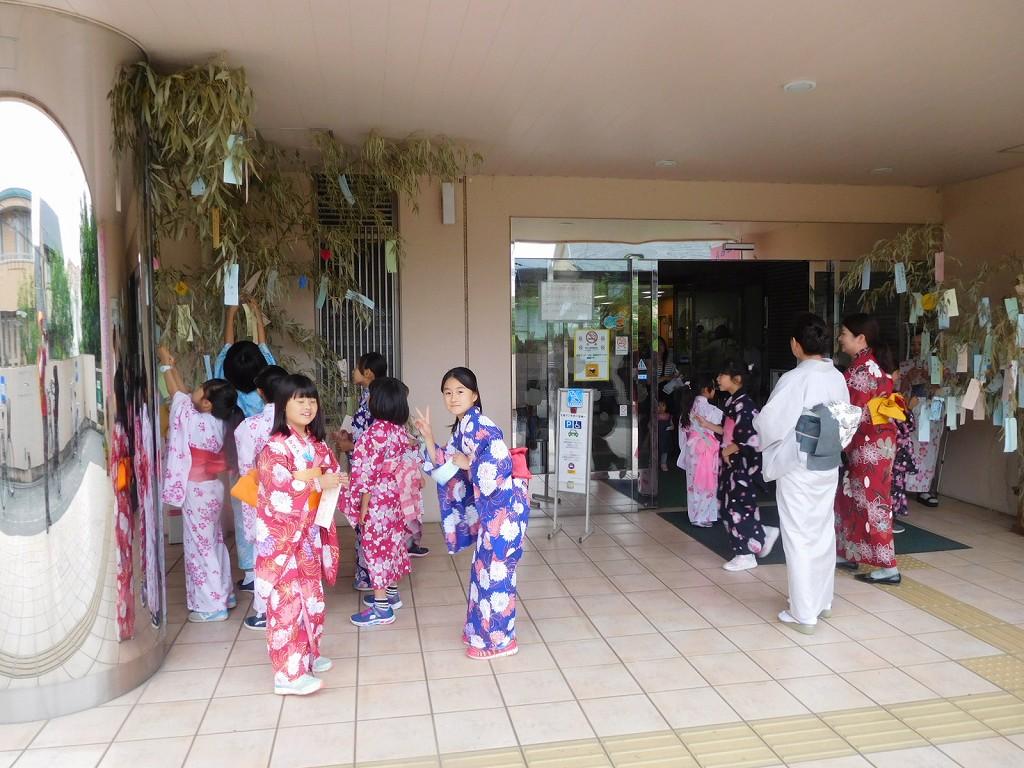 地区センターでは付近の小学生による「七夕まつり」の真っ最中でした