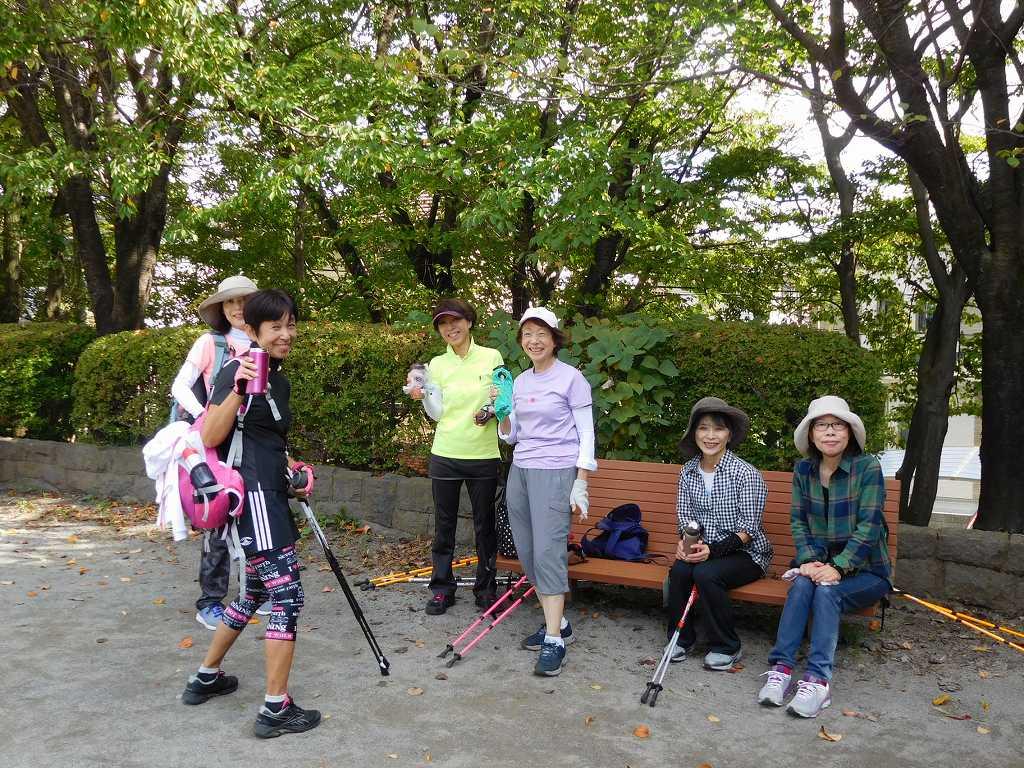 折田不動公園で休憩中の美女たち