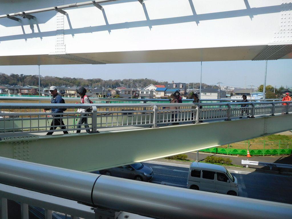 川和駅の歩道橋を歩く