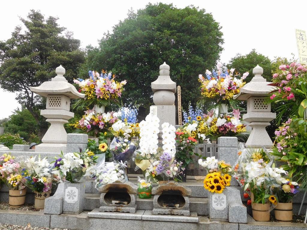 お墓正面 献花が多いですね