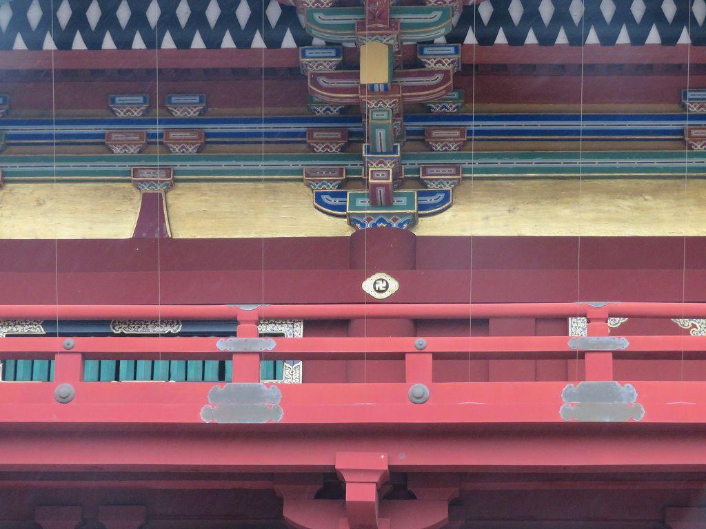 彫刻は卍 (仏教・ヒンズー教で用いられる「幸せ」等の吉祥の印)