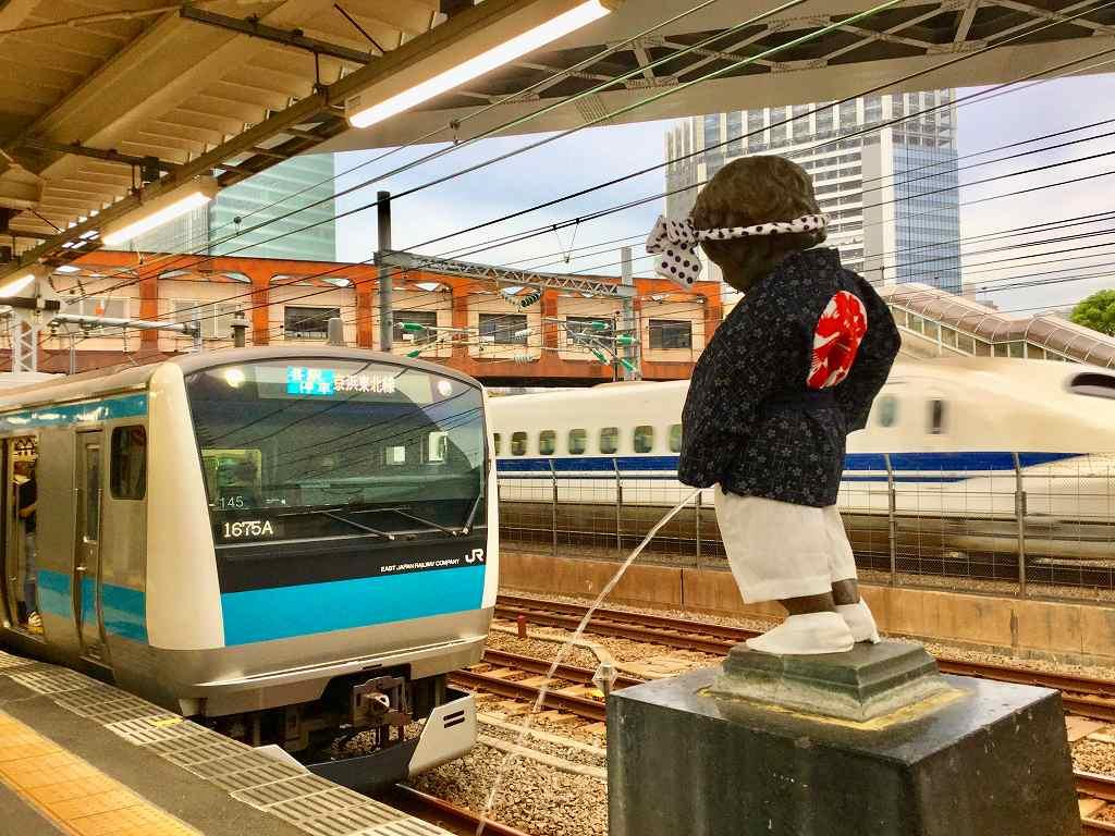 こちらは浜松町駅の小便小僧です