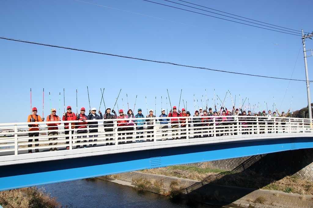 リーダーの提案で車通りの少ない橋で集合写真
