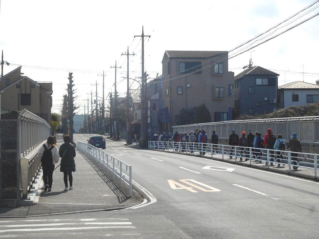 東名高速架橋を歩く