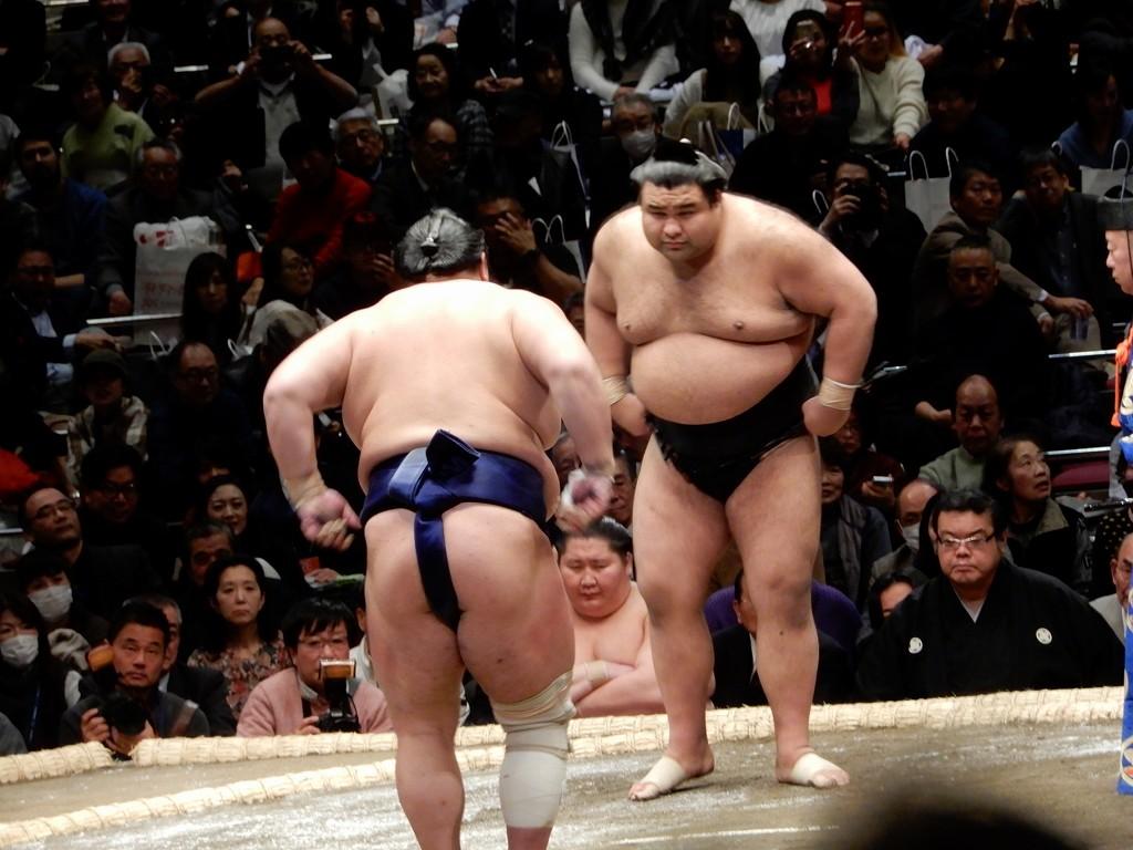 大関高安と前頭2枚北勝富士の仕切り