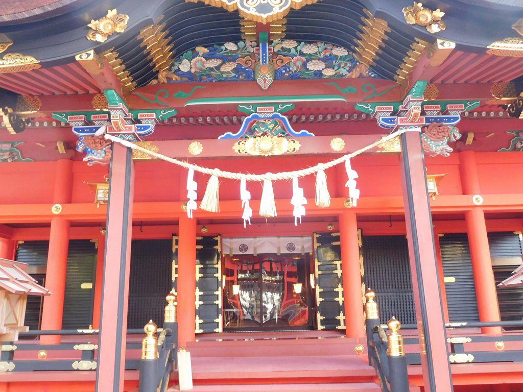 神社正面で徳川の葵の御紋がある