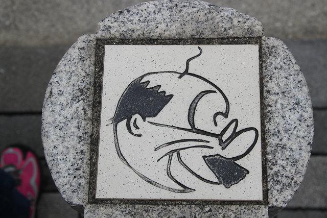 歩道柱の上には「浪平さん」の似顔絵