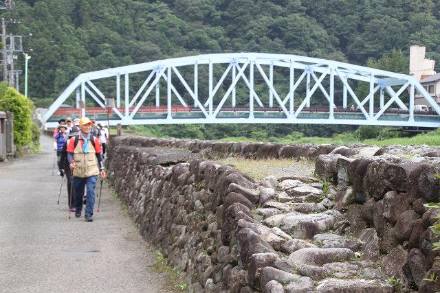 中津川沿いに上流に向かって進む