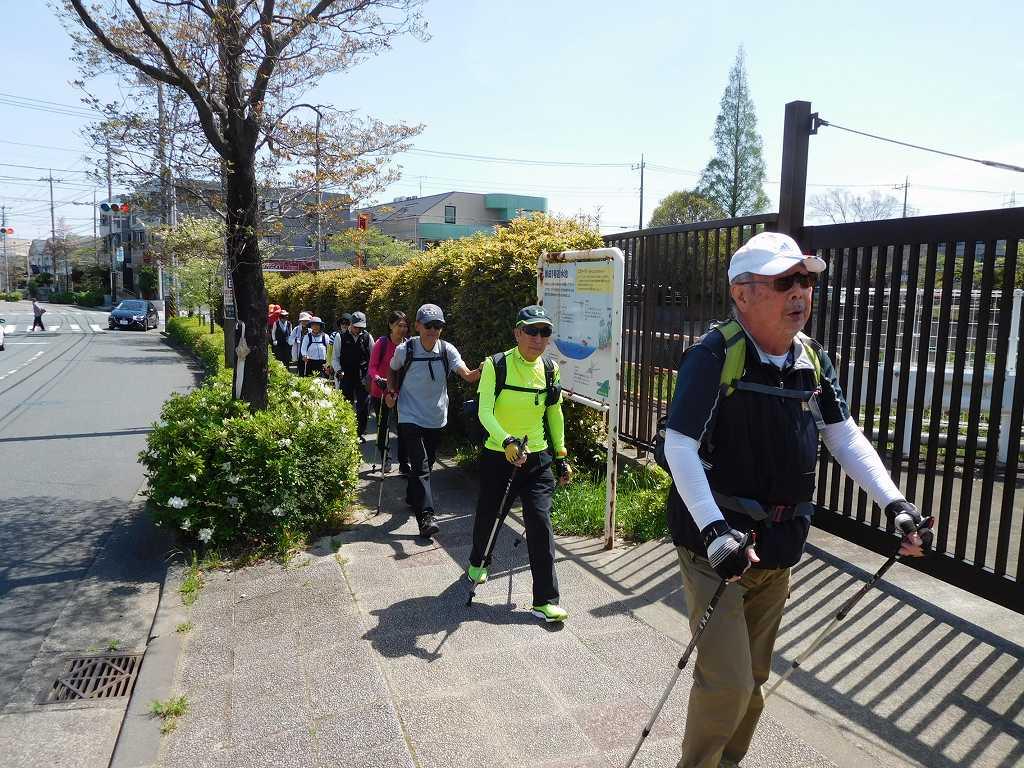 赤田西公園の横を歩く、そろそろ慶応義塾大学付属小学校です