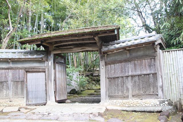 吉田家の苔むした門