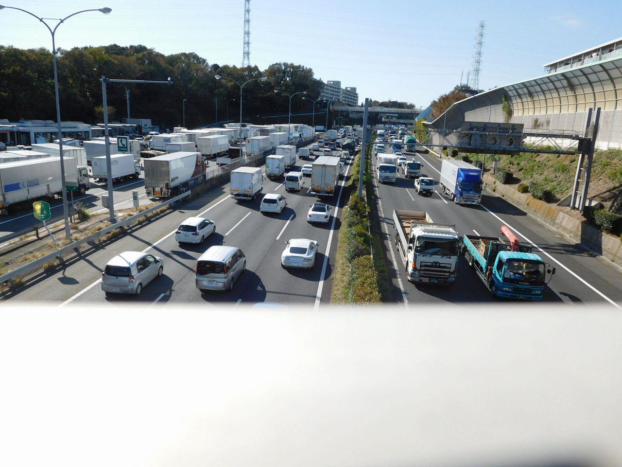 高速道路架橋から見る上下線の渋滞 事故なのでしょうか?
